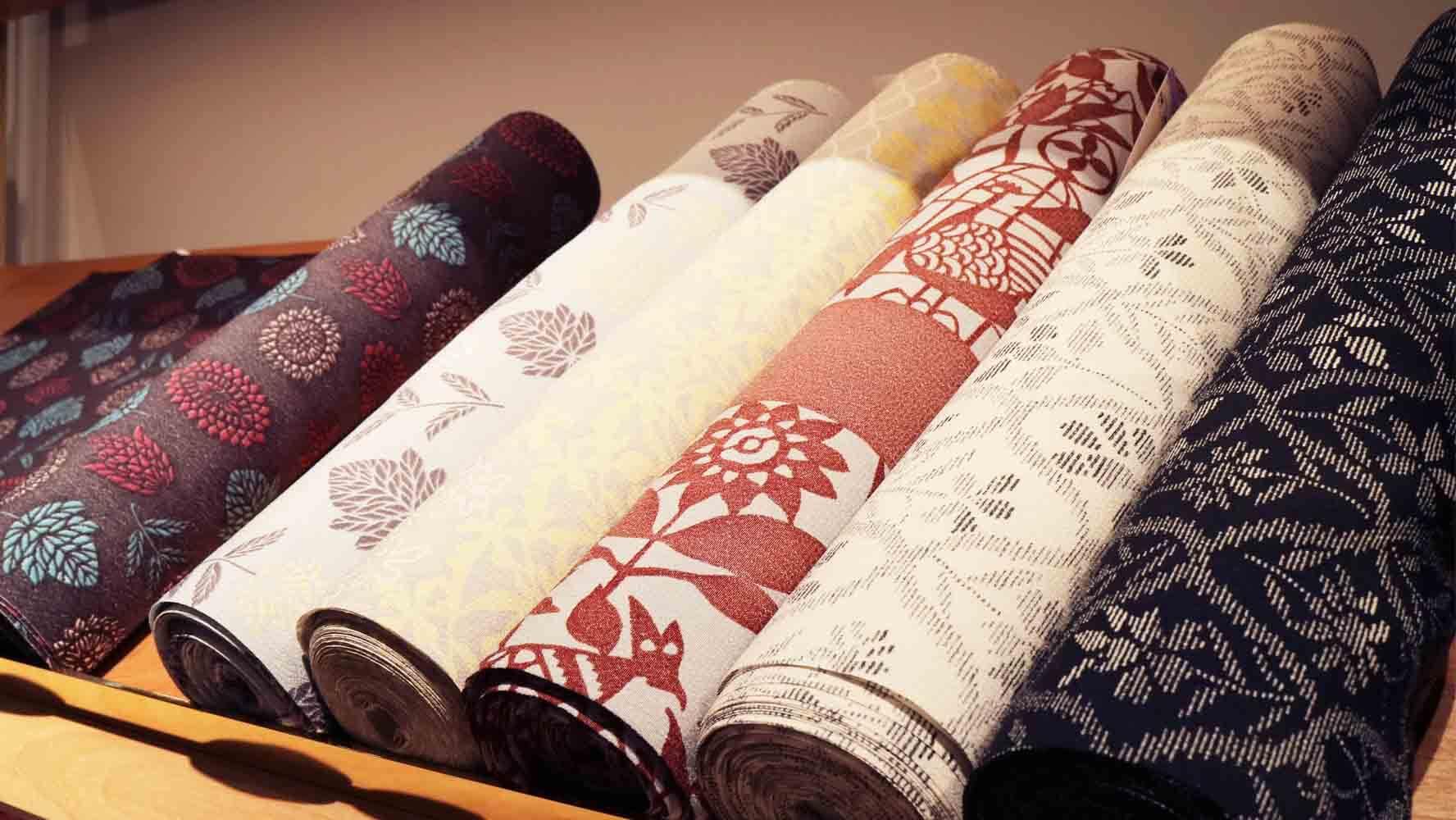 シルクだけでなく、化繊や木綿など様々な素材の生地が並ぶ。こちらは洗える化繊の生地