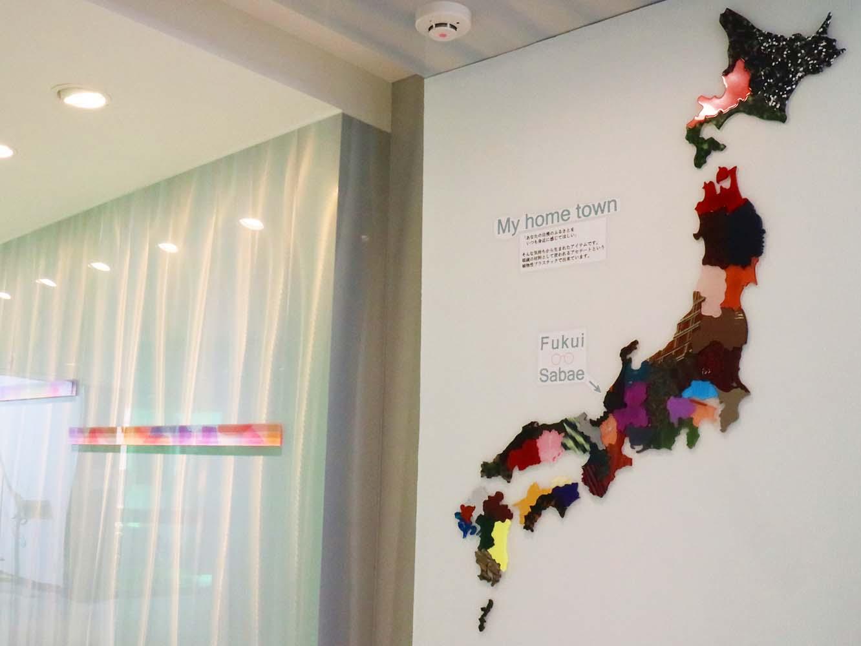 こちらの日本地図はめがねフレームの素材「セルロースアセテート」でつくられたもの