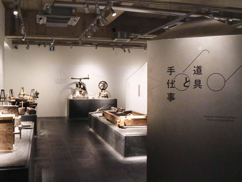 生産現場の再現展示や、めがねの形の変遷、著名人のめがねコレクションなどが並ぶめがね博物館