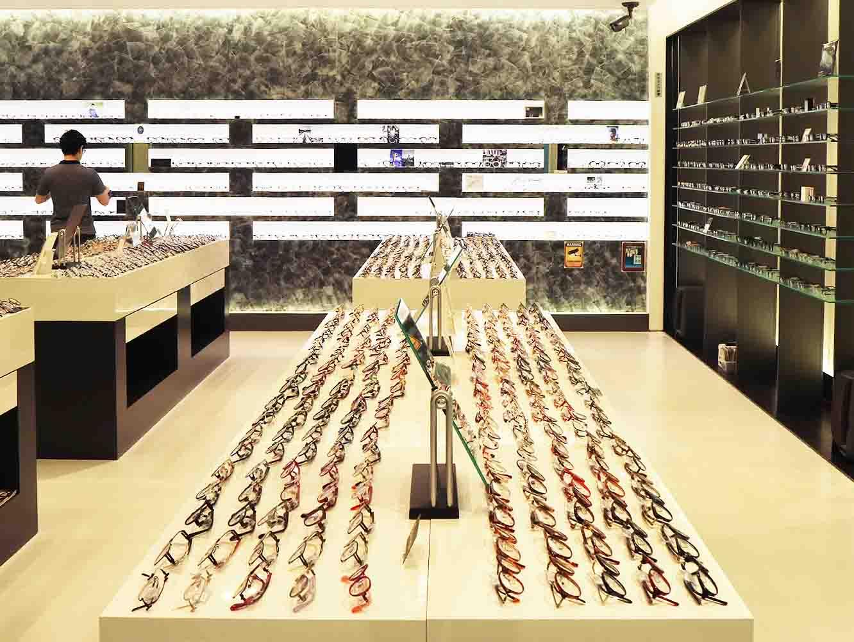 めがねshop。福井県内のめがねメーカーの新作が並ぶショールームとなっている