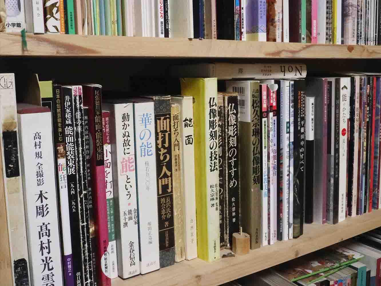 新井さんの本棚。能や能面に関する書籍がずらりと並ぶ