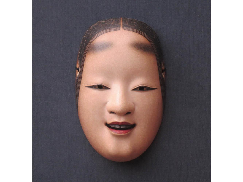 左右非対称に作られている女面。左右で目尻や口角の向きなど見比べてみてください。あからさまな違いはないですが、このわずかな差によって多様な表情が浮かび上がります。 写真提供:新井達矢