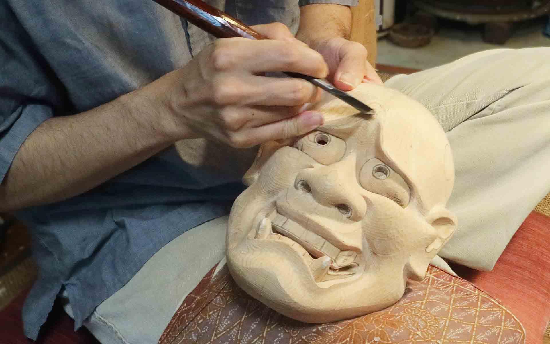 輪郭などの下絵も描いては彫り、描いては彫りという作業を繰り返し作り上げていく