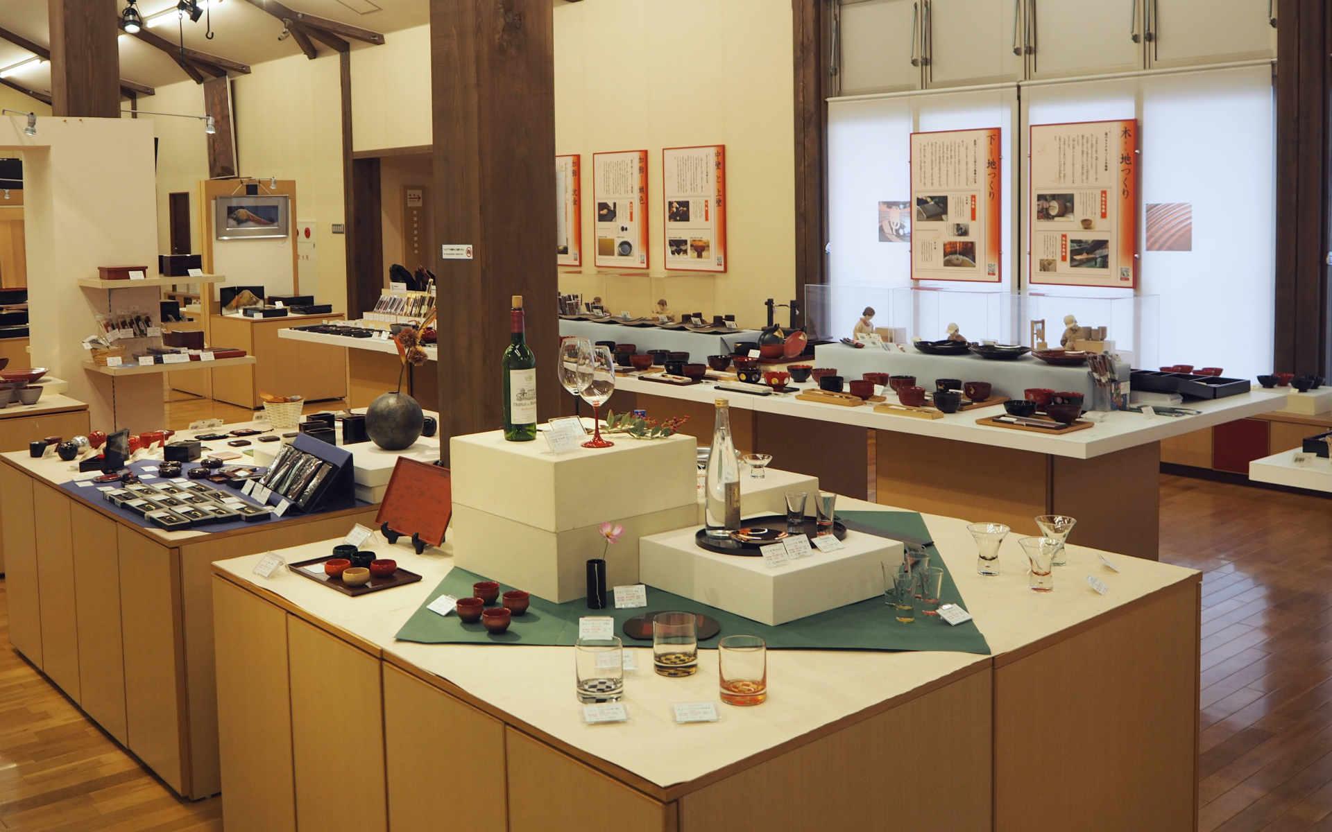 ミュージアムショップには様々な用途で用いられる1300点の漆器が並ぶ