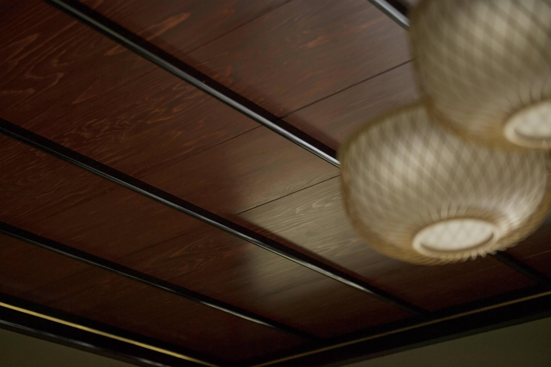 家が建てられた45年前に漆が塗られた天井 (撮影:片岡杏子)
