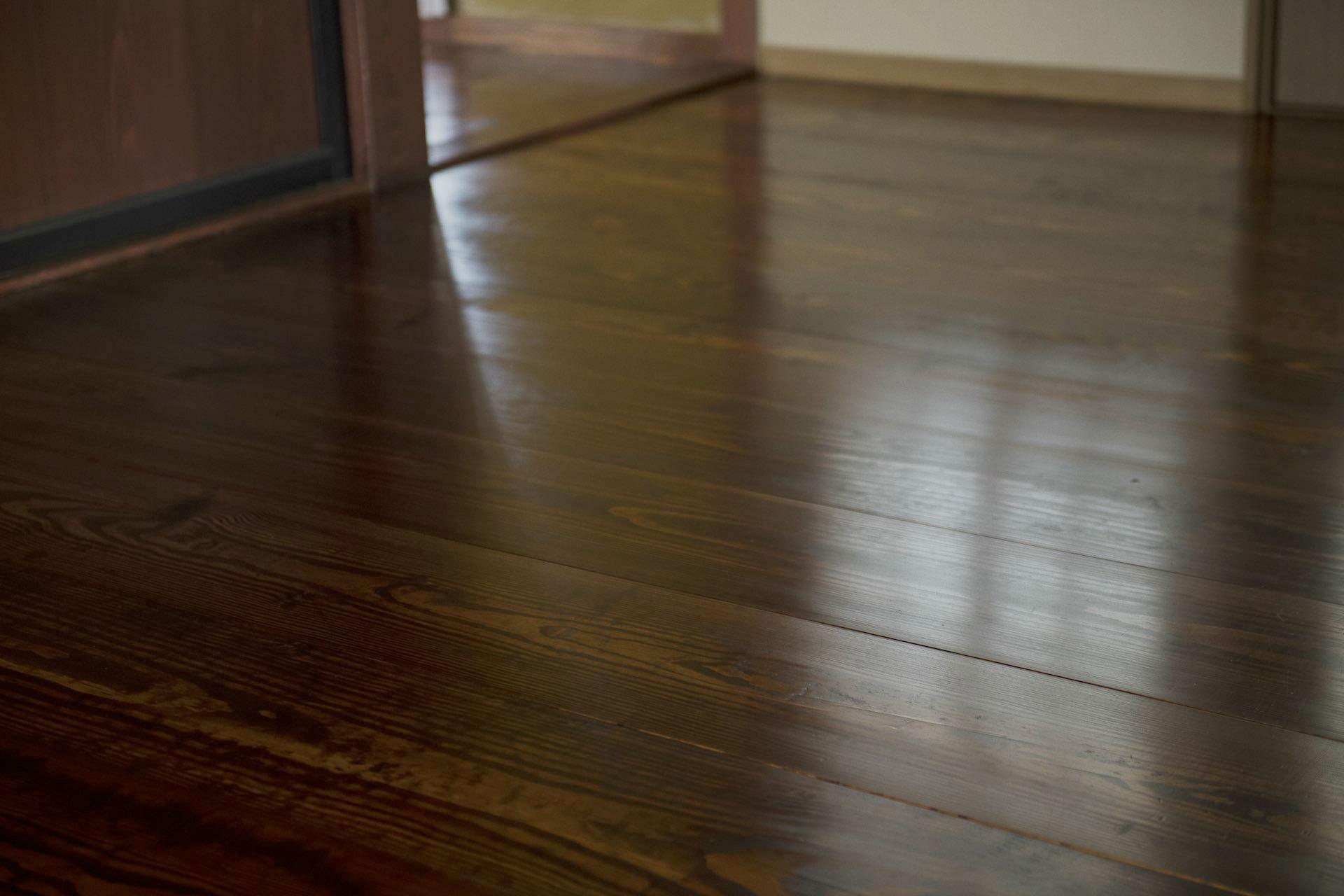 7代目、内田清治さんと美和子さんがふたりで漆を塗った床 (撮影:片岡杏子)