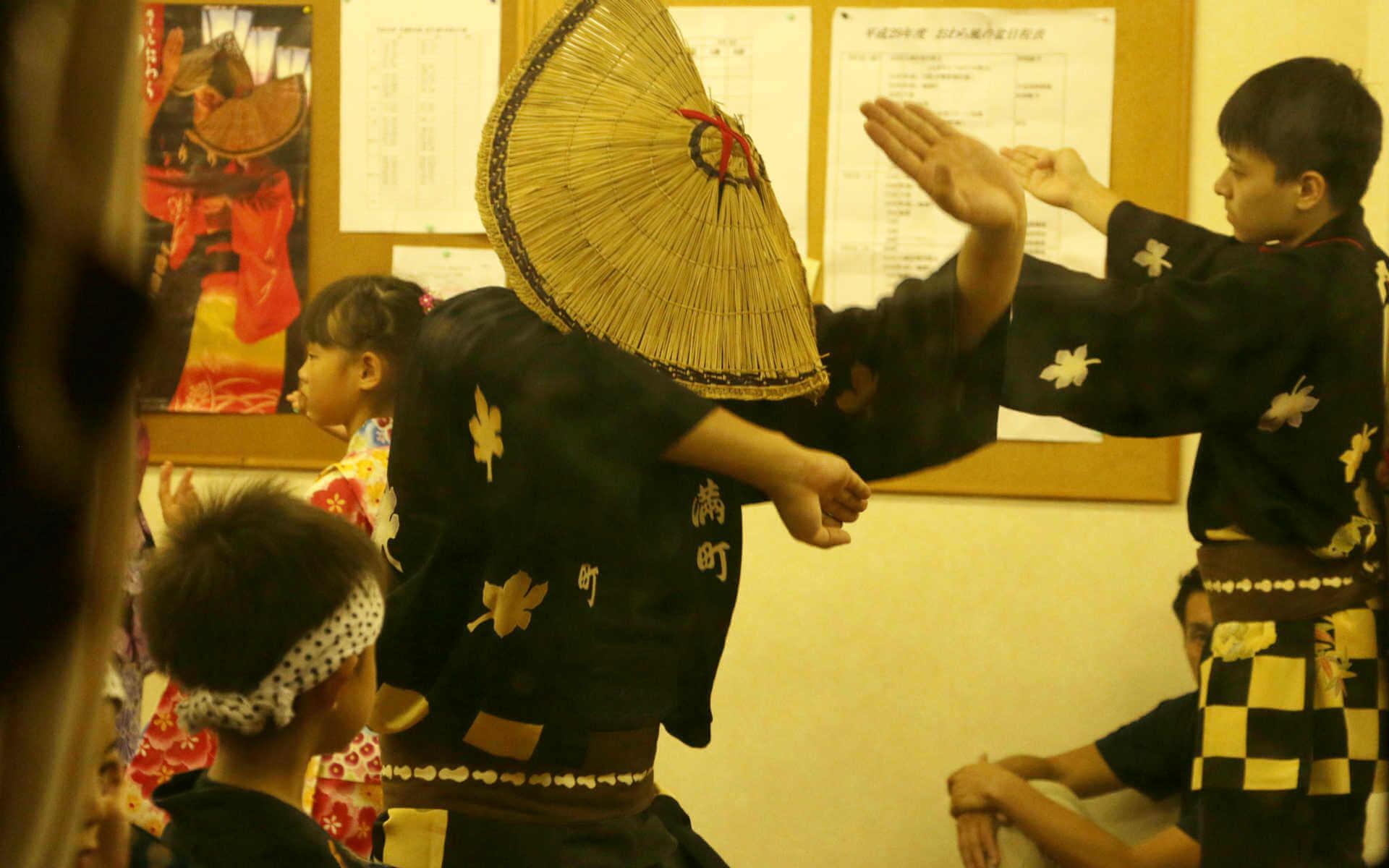 大人をお手本に、子供達の踊りの様子。こうして何世代もおわらは受け継がれていきます