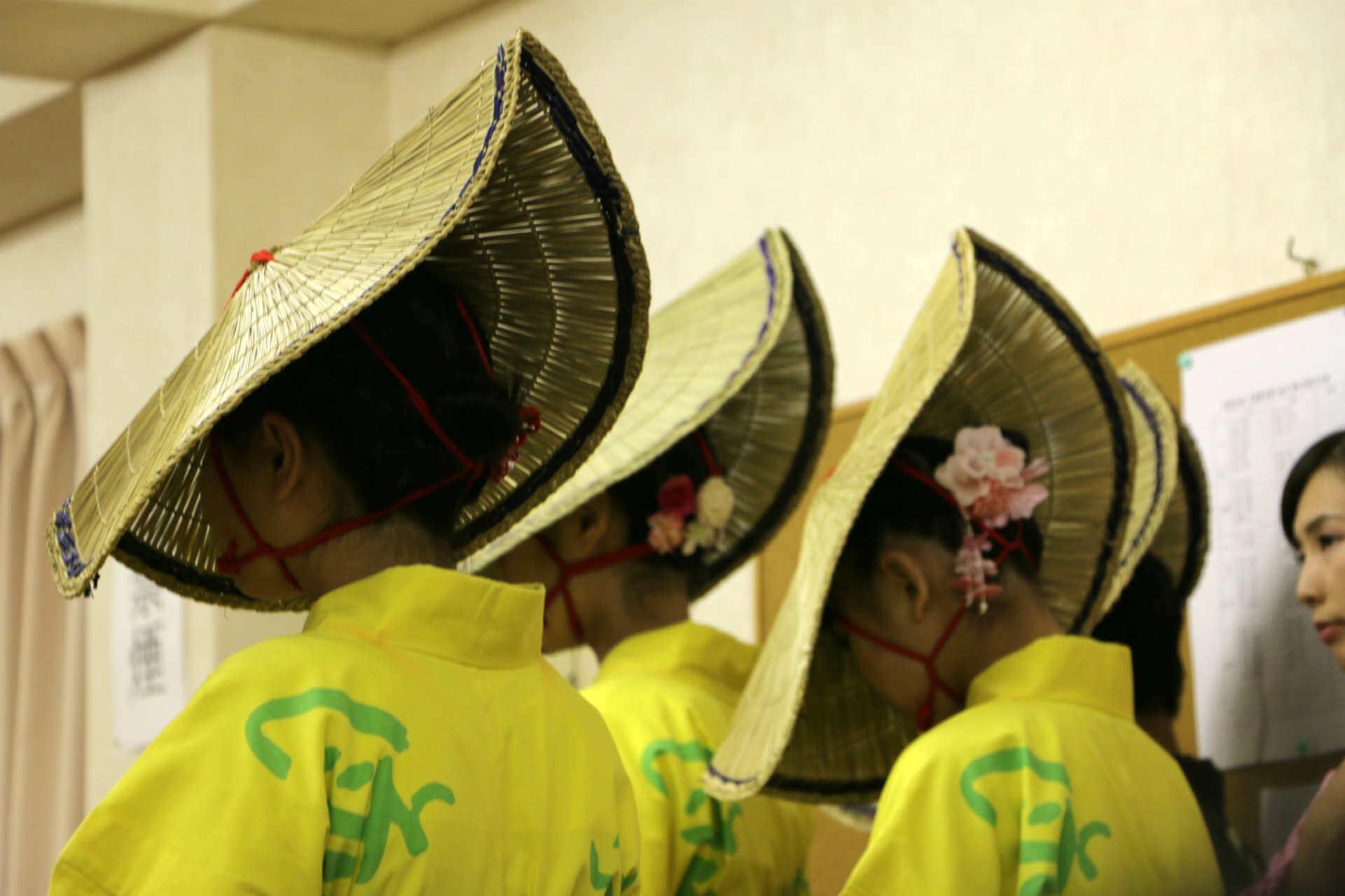 黄色い浴衣は中学生の踊り子さん。静かに踊り出しを待ちます