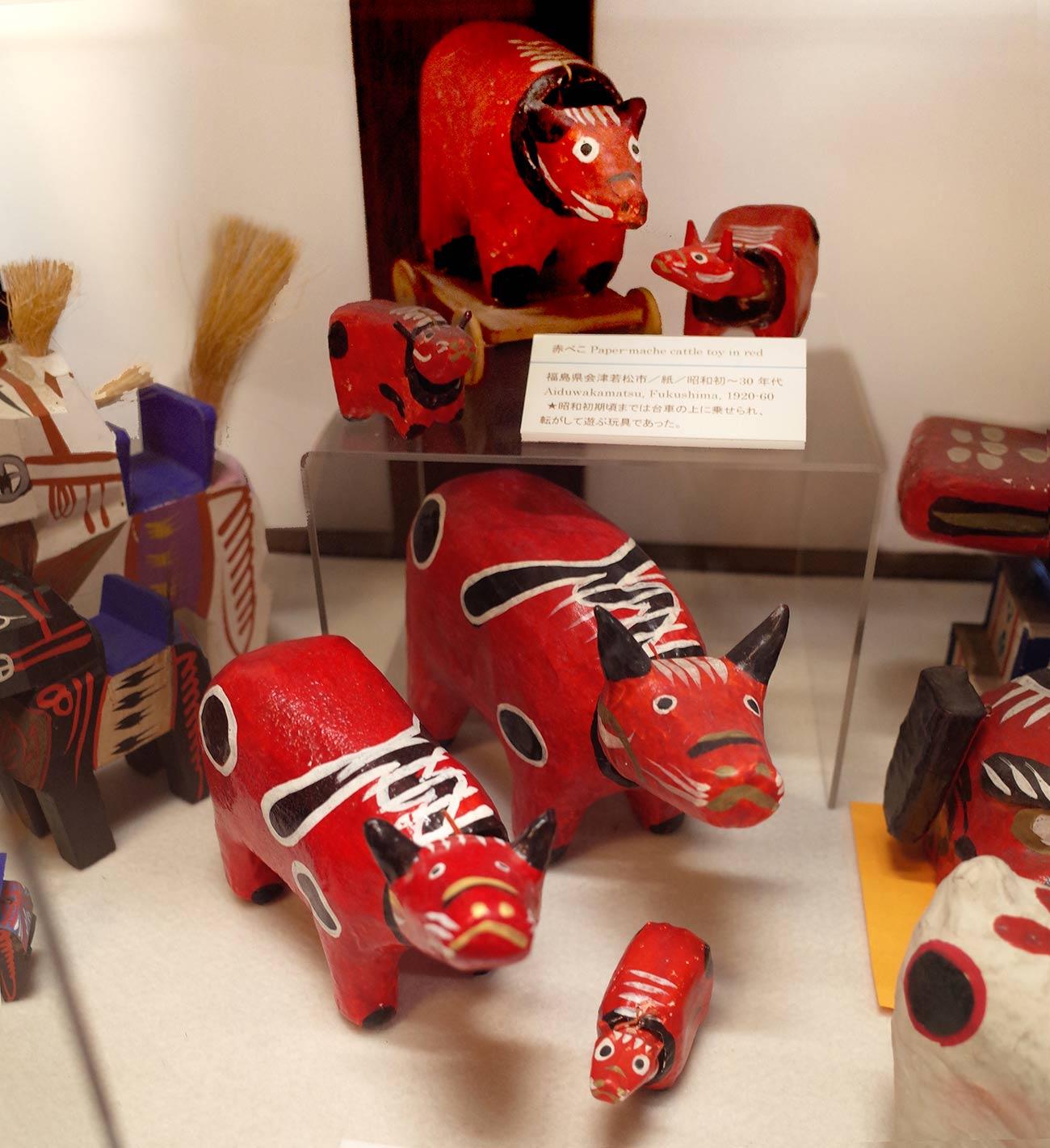 日本玩具博物館蔵の赤べこ