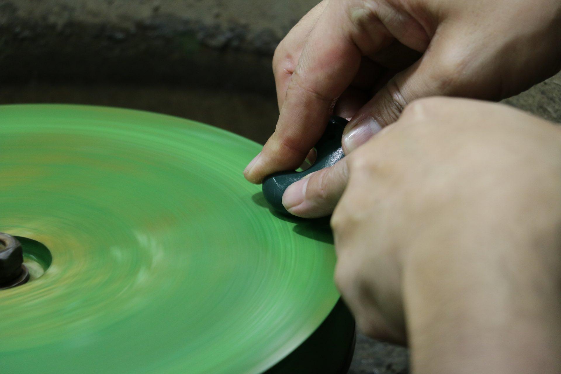 研磨の板をより粒度の細かいものに変えて磨きをかけます