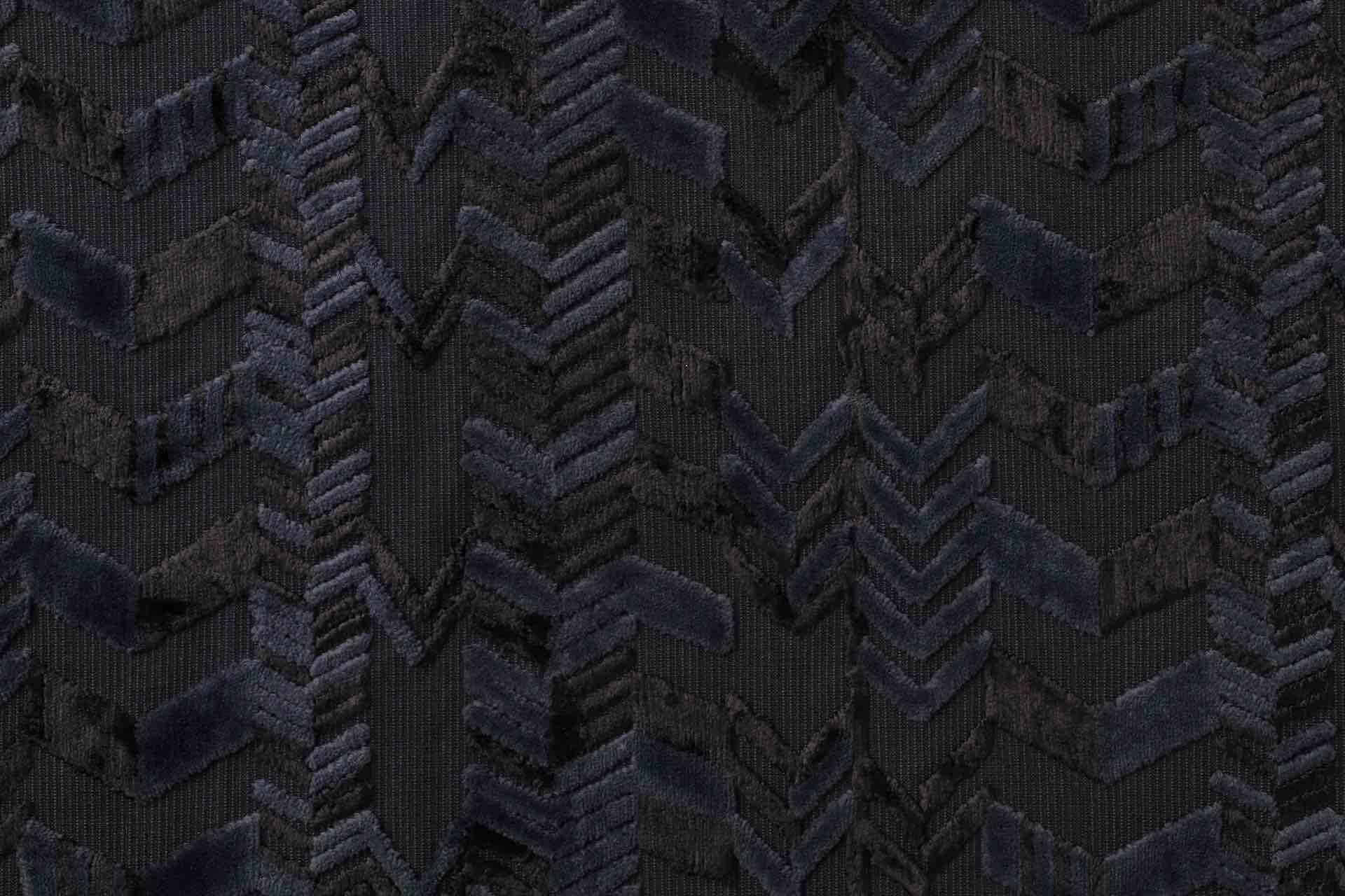 杉木立の紺色の様子。同じ染料で染めても、綿、レーヨンと素材の違う糸を2種類使っているため染まり方も異なり、柄に奥行きが生まれます
