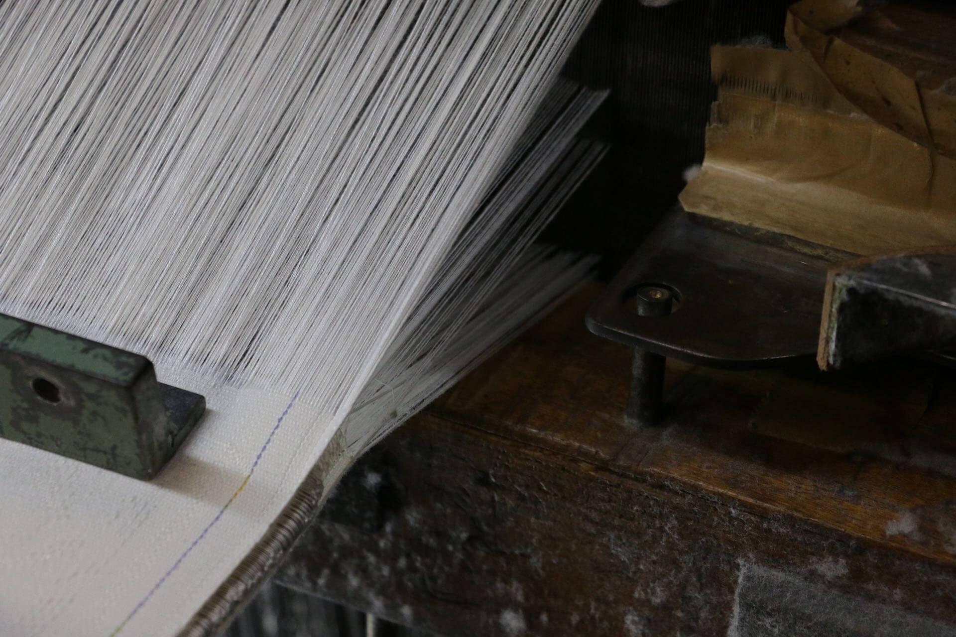 集められていたのは、生地のタテ糸。ここに横糸を走らせて、パイル織物の基礎となる生地が作られます