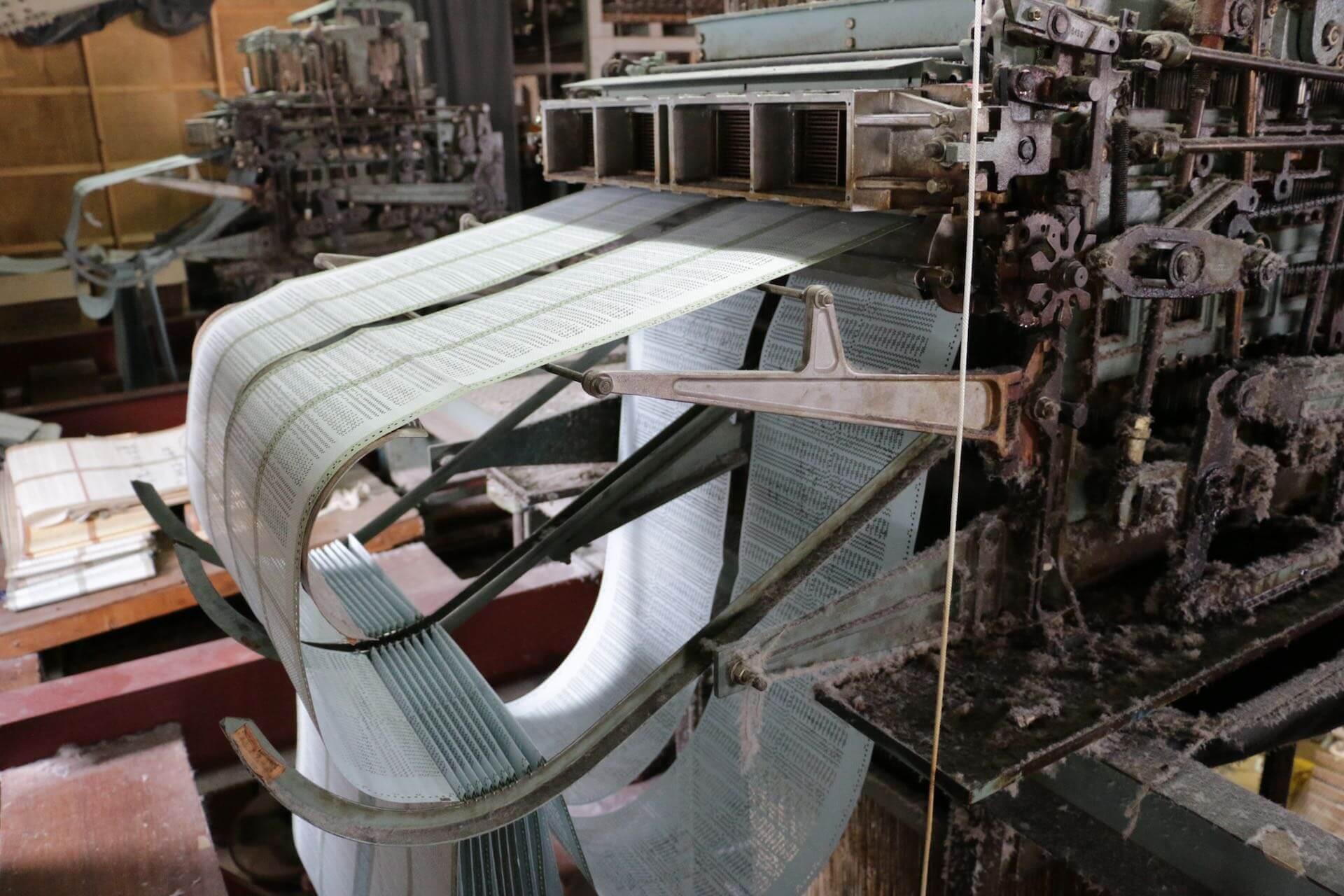 織り機の上では、パイル地の凹凸を決める重要な機械が連動して動いていました