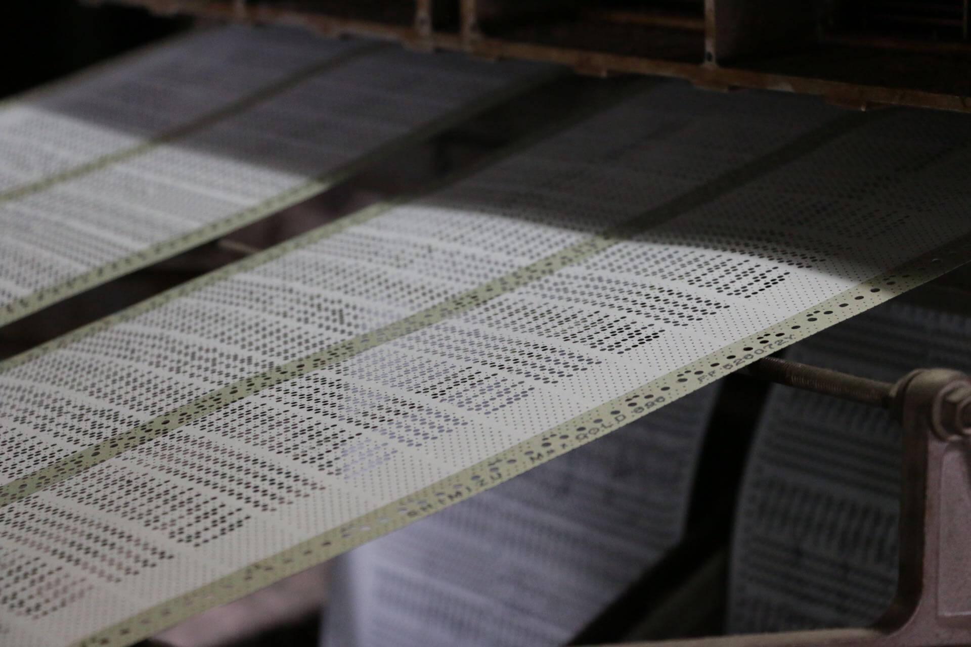 紋紙を機械が読み込んでいく様子