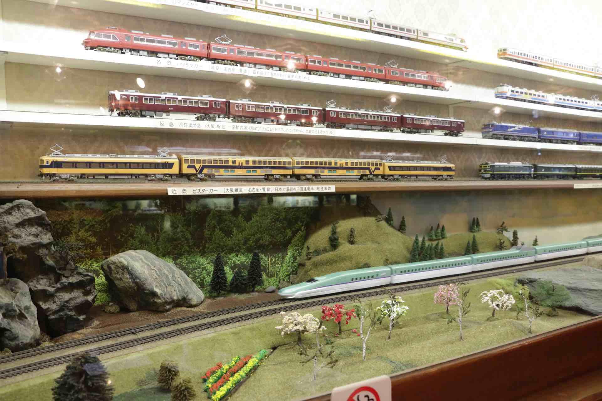 「車窓」の外を小さな列車が走り抜けていきます