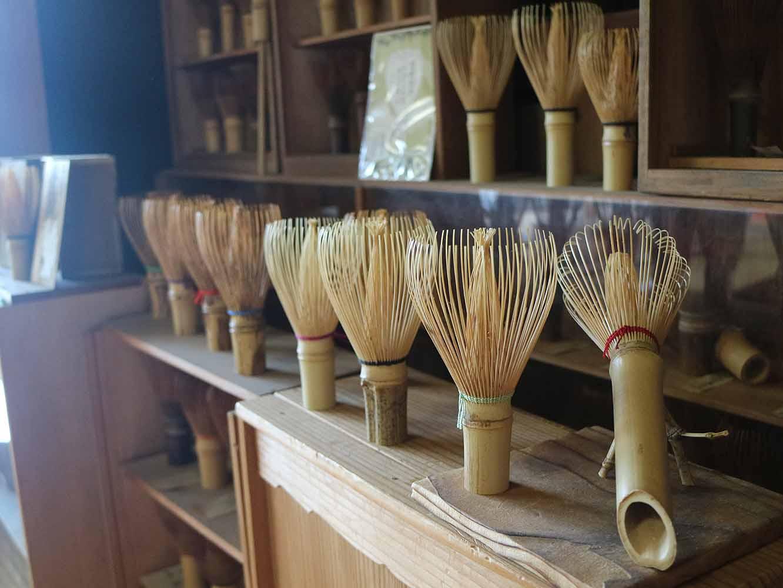 元来、茶筅のデザインは自由なもの。工房には、様々な流派の茶筅や、谷村さんデザインの糸の色をアレンジしたものなども展示されていました