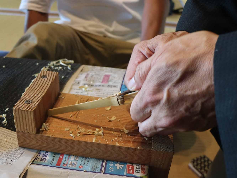 谷村さんによる茶杓削りの実演。竹の扱いや削り方の向きなどお手本を見せていただきます