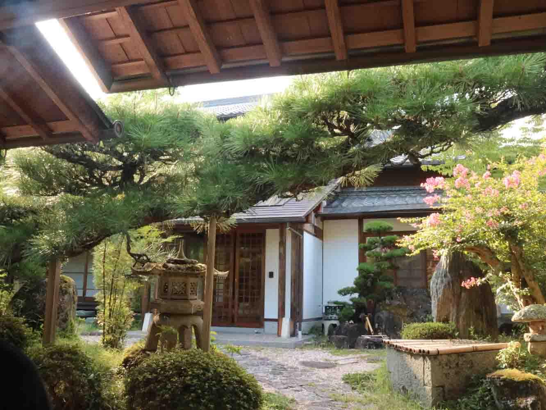 歴史ある谷村家のお庭を通って、工房の見学へ!