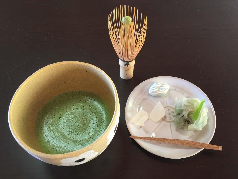 ツアーの最後は、谷村さんの茶筅でお茶を点て、お菓子と一緒にいただきます。工程を拝見したあとなので、感慨もひとしおです