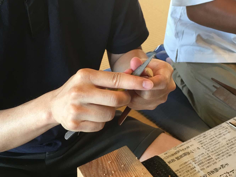 お茶を乗せる櫂先の削り出し。角の丸さや幅、厚みを指先で確認しながら削り、調整していきます