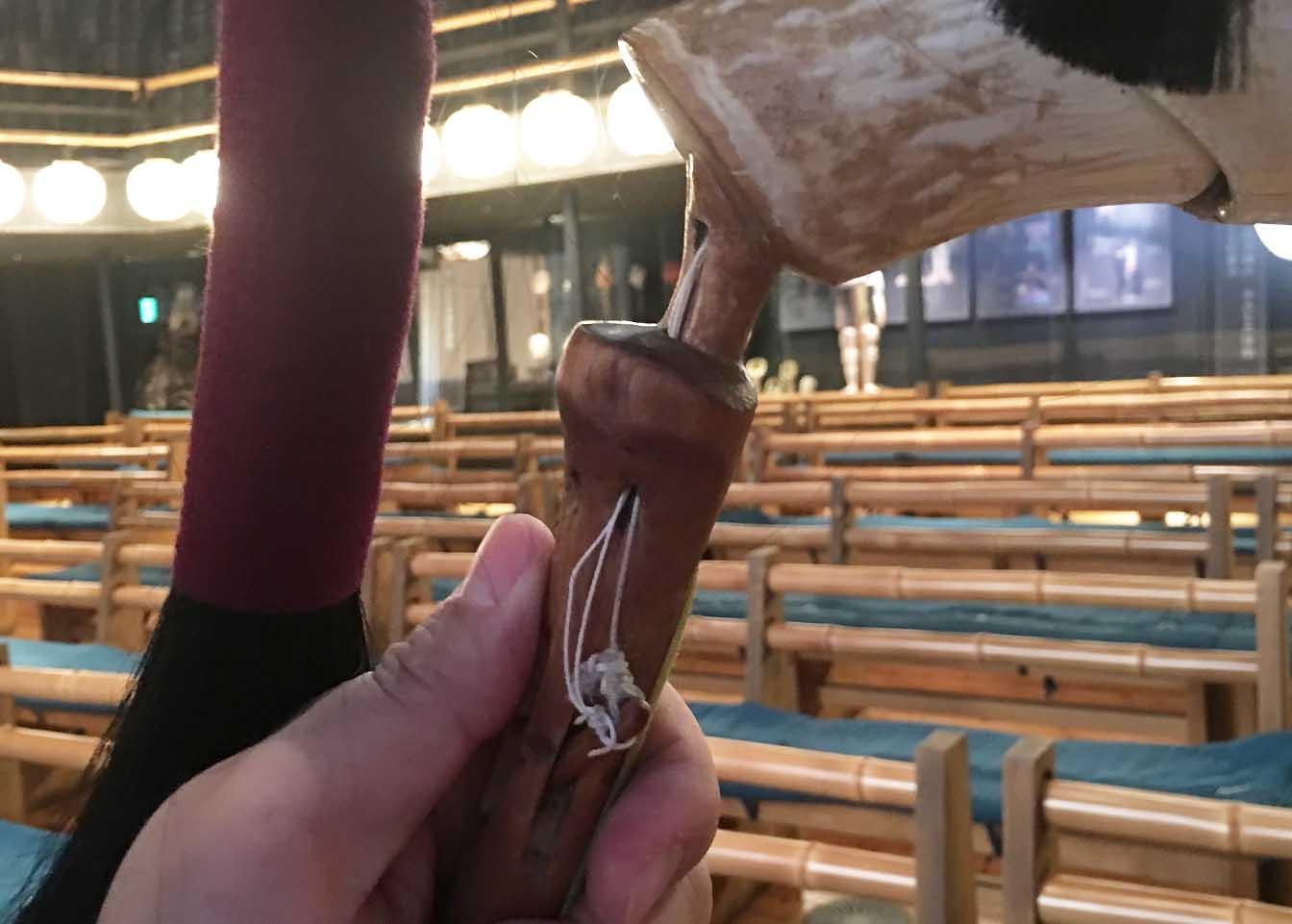 3つの仕掛けの紐が1つにまとまめて親指で引けるようになっている「ガブ」では、3つの仕掛けの糸が1つにまとまめられています。指一本で引けるのでツノと玉と口を一瞬にして変えられるのですね