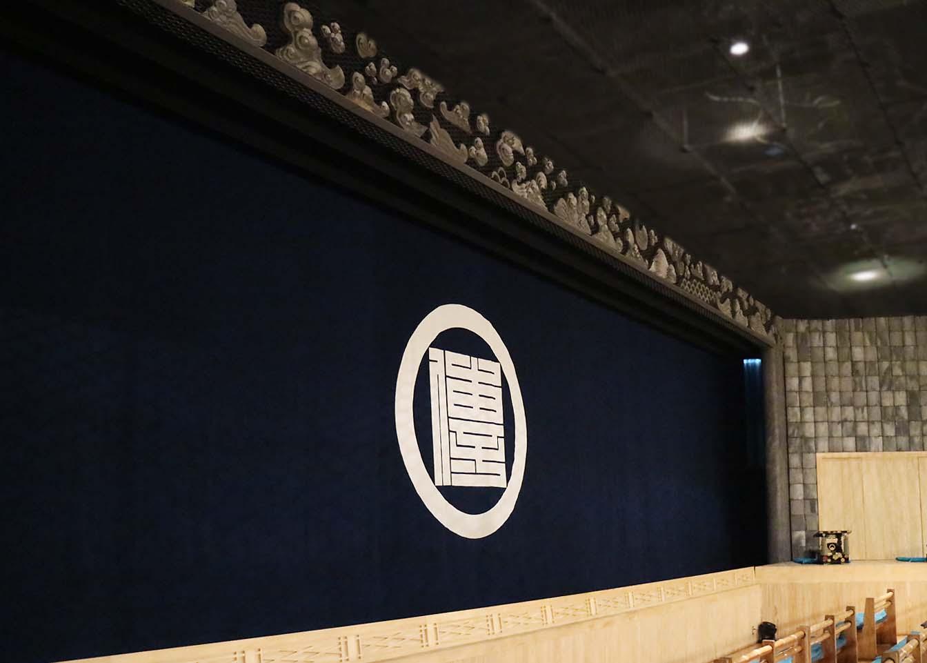劇場の壁には淡路島特産の瓦を使用。昭和時代のいぶし瓦は一つひとつ異なる風合です