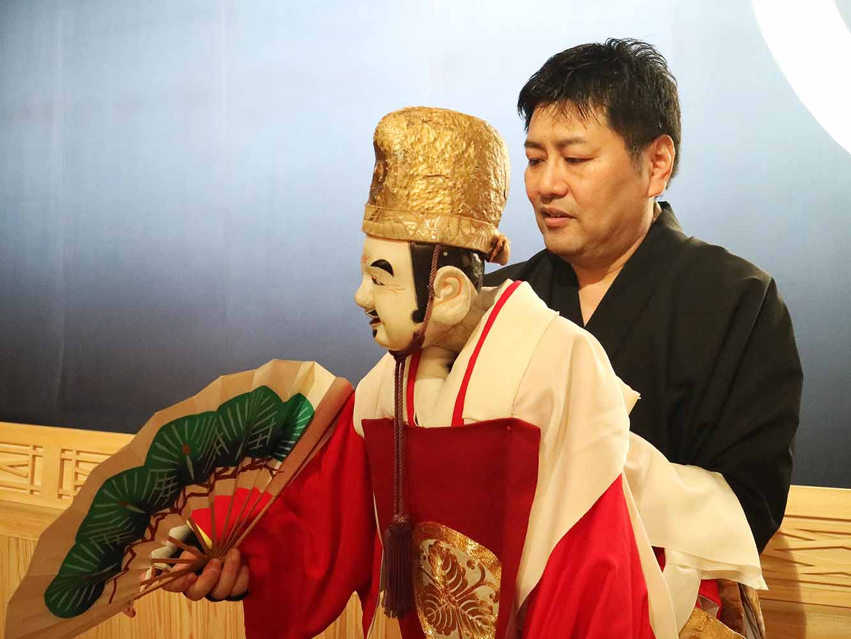 戎さまで人形の操り方をレクチャーする吉田廣の助さん