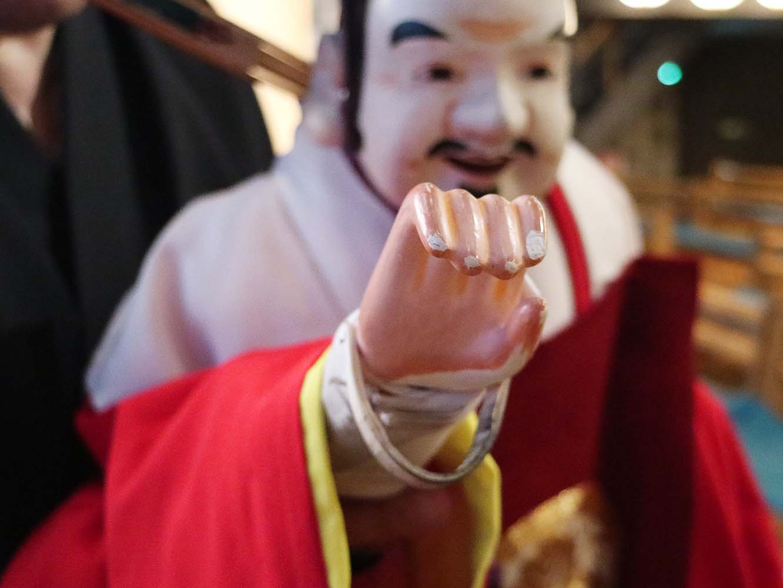 手の下に輪が付いています。ここに指を通して人形と人形遣いの手を一体化させます