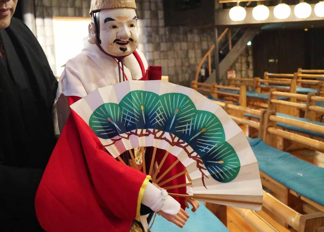 客席から見るとこの通り!うまく手を隠しながら人形が扇を持っているように見せます