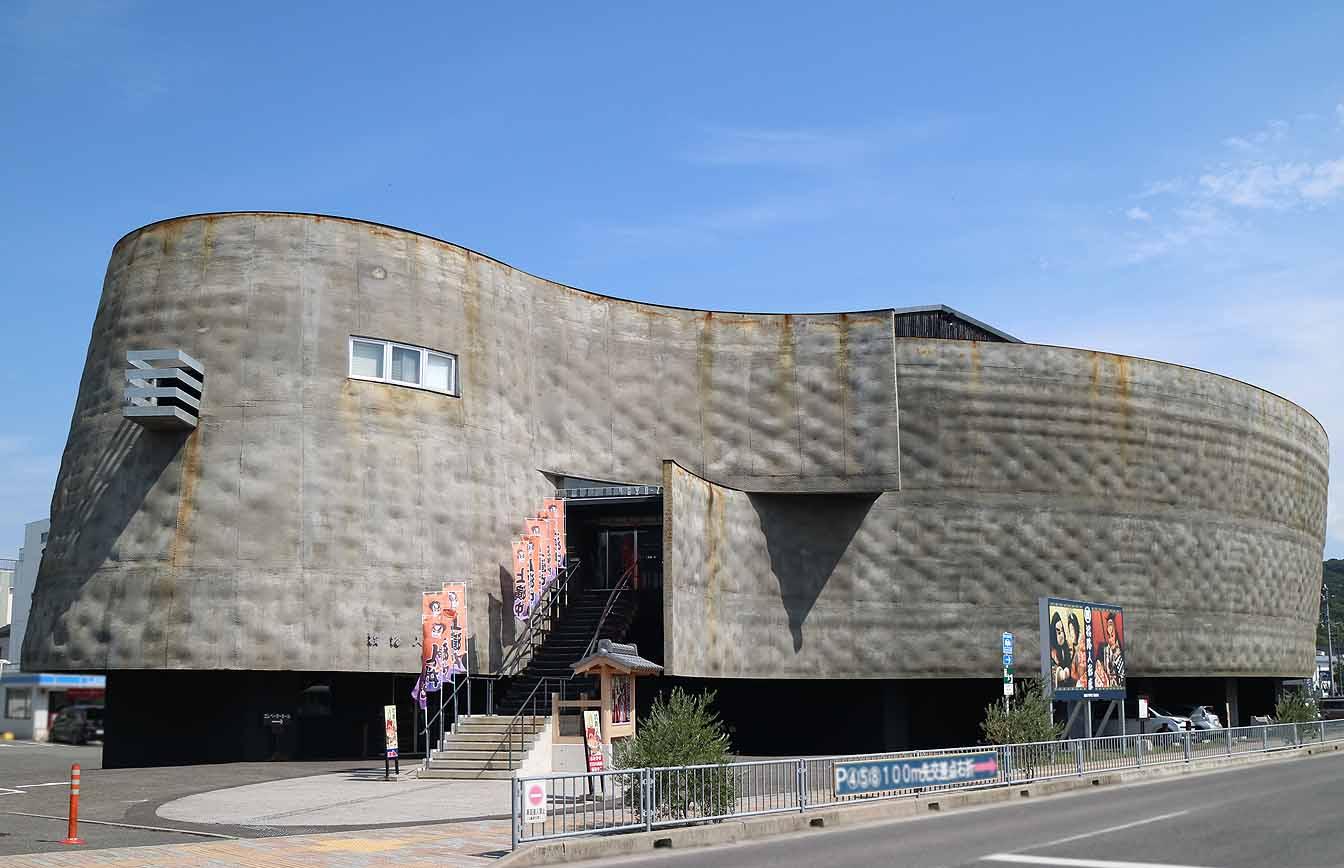 ミシュラン・グリーンガイドで2016年に二つ星を獲得し、海外からも注目される「淡路人形座」。建物は2012年に遠藤秀平 (えんどう・しゅうへい) 氏が設計。潮風で壁を少しずつ錆びさせていき、これから数十年かけて完成するデザインなのだそう