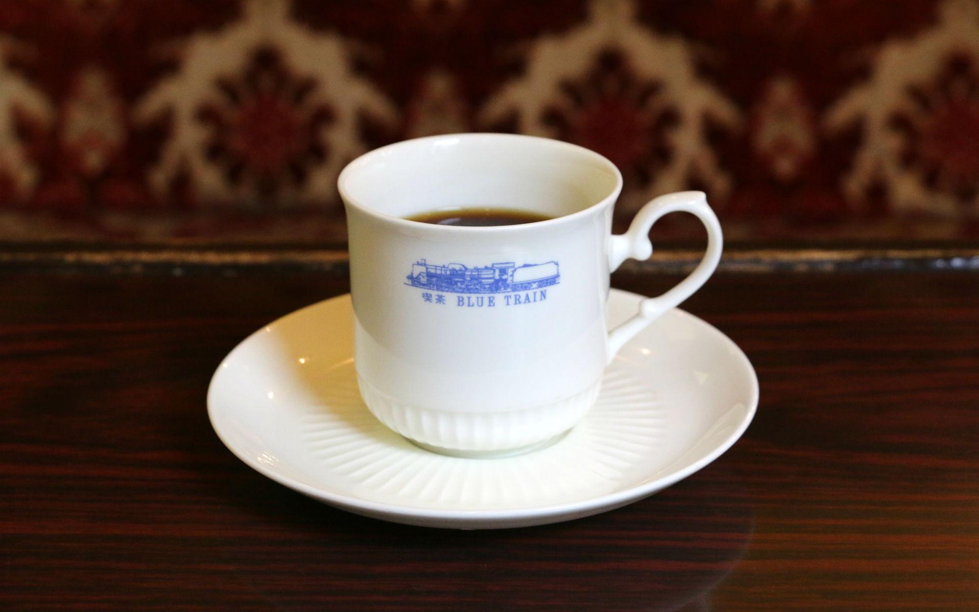 コーヒーカップには列車とともにデザインされたお店のロゴが