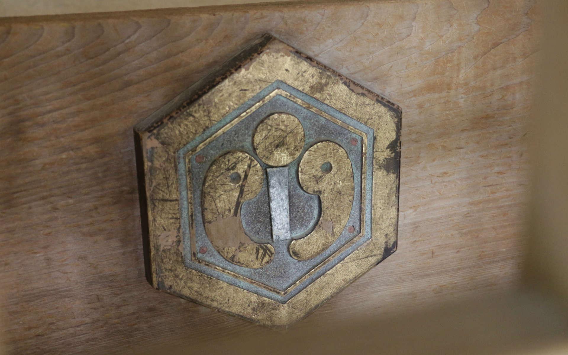 神社の家紋、神紋 (しんもん) にも勾玉が象られている