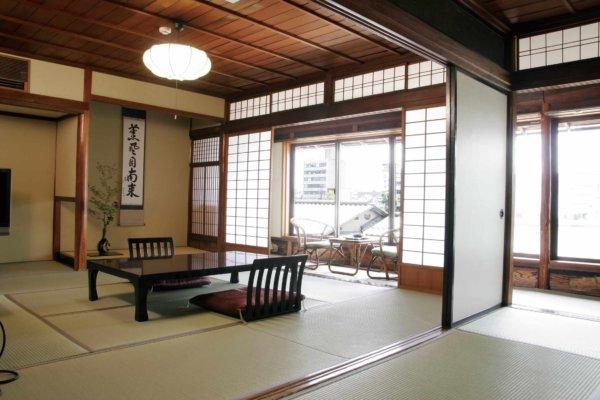 島崎藤村が宿泊した、「藤村の間」。藤村揮毫の書とともに当時の姿のまま残されている。