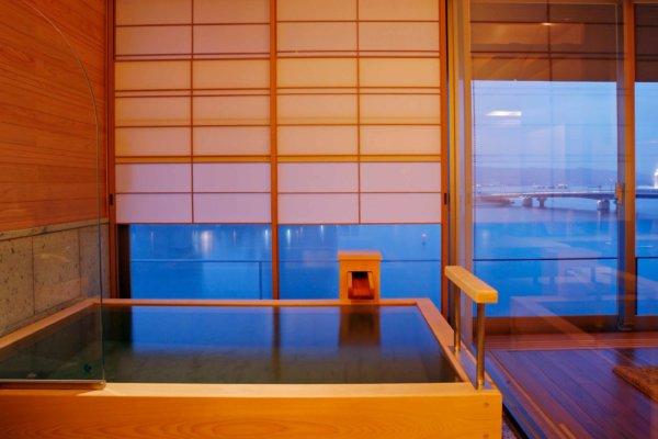 宍道湖を一望できる展望温泉風呂付の客室(部屋一例「天女」
