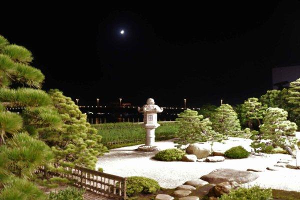 宍道湖を借景とした枯山水式の湖畔庭園。夜の様子。