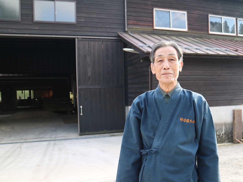 1976年から日刀保たたらの操業に携わり、1986年、国の選定保存技術者に認定され村下となった木原さん。41年間たたら場に立ち続け、現在も先頭で操業を取り仕切り、技術者の養成も担っています