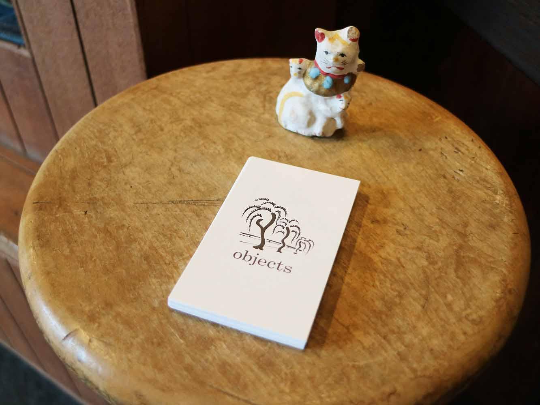 佐々木さんが「ショップカードの番人」と呼ぶ動物作品の展示スペース。写真に登場したのは土人形の猫親子。売れると次なる番人が配置される。インスタグラムでその時々の番人が可愛らしく紹介されていて、フォロワーからも好評