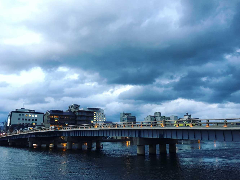 お店のそばに掛かる橋を臨む景色。空気全体が青みがかっていました