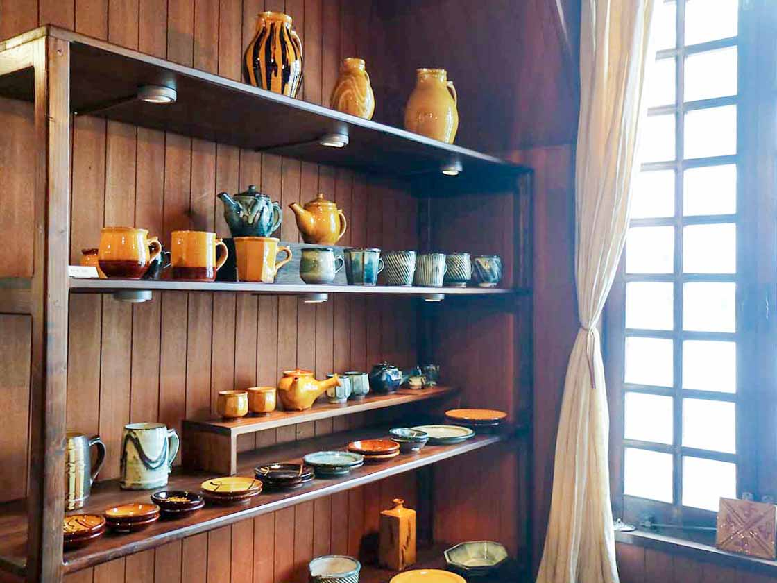 地元松江市を代表する窯元のひとつ「湯町窯」で作られた器