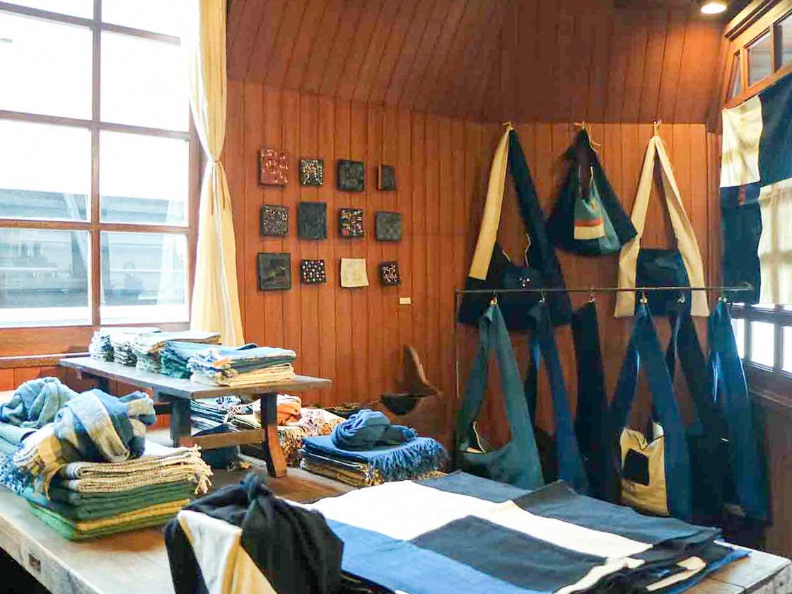 ラオスで村の人々と布作りをしている谷由起子さんの仕事。谷由起子さん率いるHPEの作品展も店内で行われた