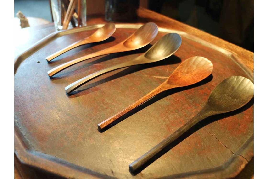 縁が薄く作られ、口当たりが抜群の木製匙と蓮華。長野県の大久保公太郎さんの作品