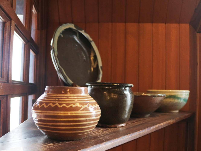 「ふるいもの」と書かれた棚には骨董品が並ぶ