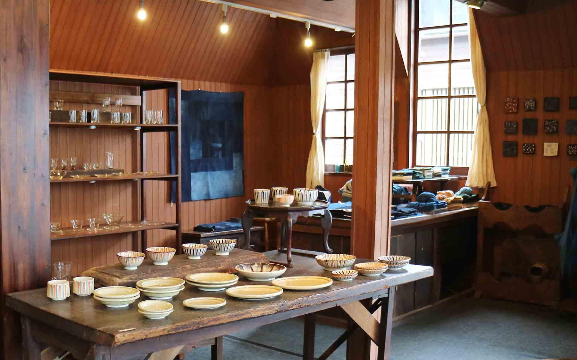 objects店内。現代の作り手の作品を中心に、陶器、ガラス、木工、織物といったさまざまな工芸品が並ぶ