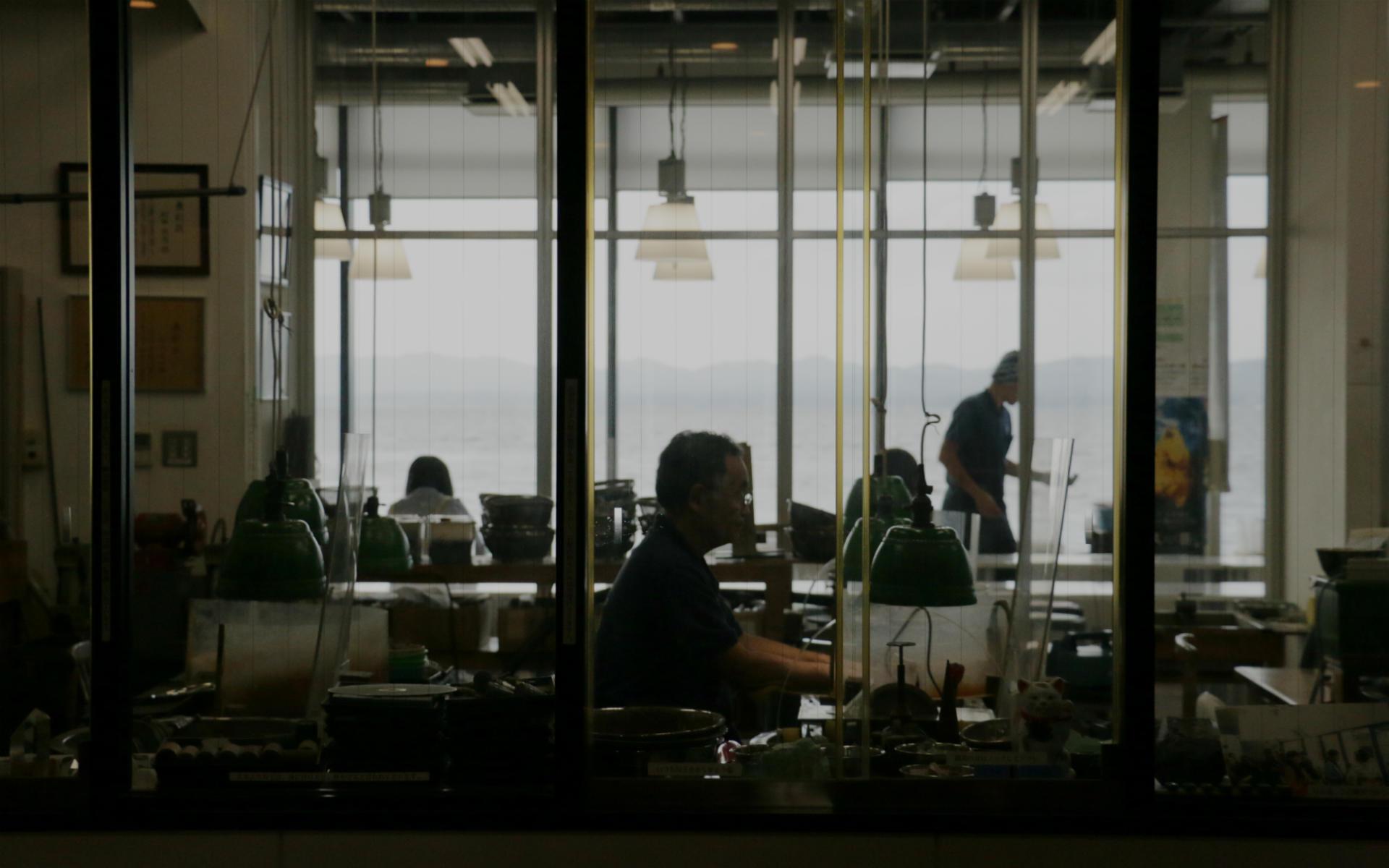 ガラス張りの工房の向こうに、宍道湖が見渡せる