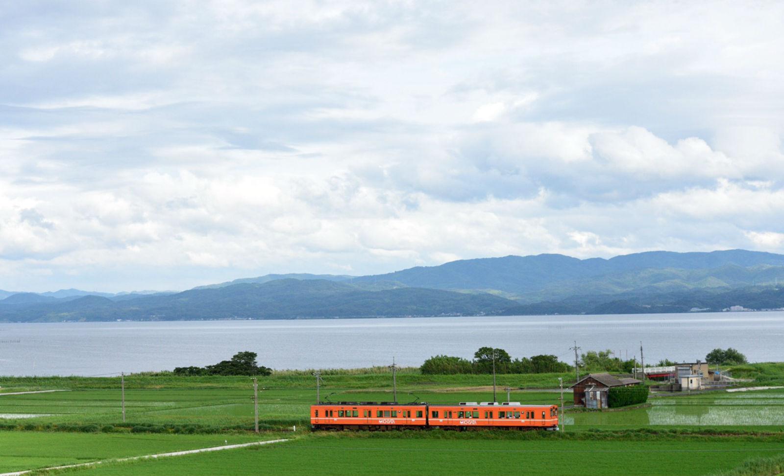 宍道湖沿いを行く一畑電車