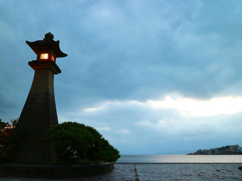 湖に面してベンチが並び、宍道湖を眺められるスポットの1つ、白潟公園。夜は灯篭に明かりが灯る