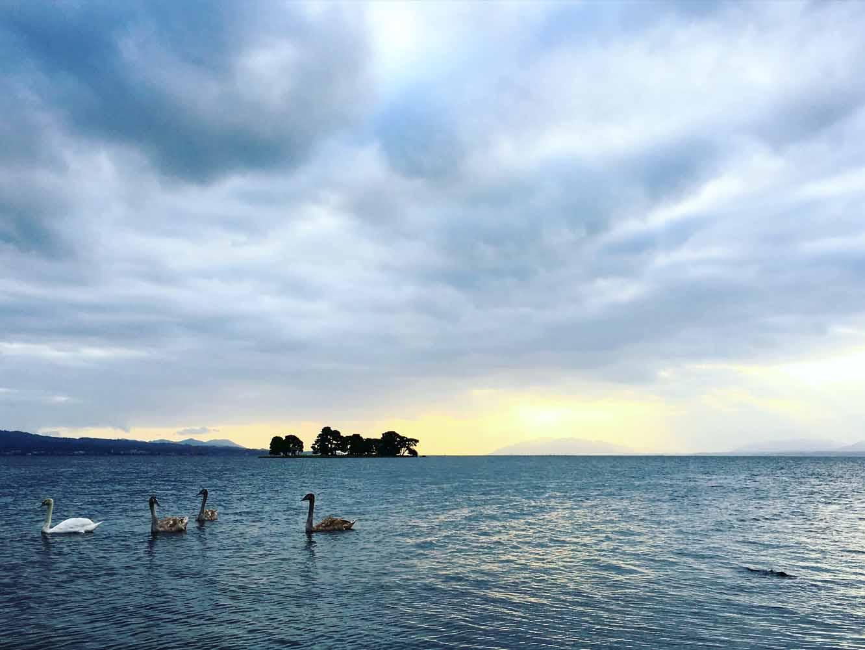 嫁が島の後ろに夕日が沈む
