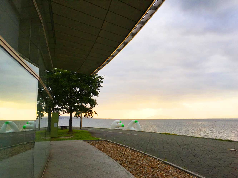 島根県立美術館は、西側の壁が全面ガラス張り。湖畔に沈む「夕日の見える美術館」としても有名