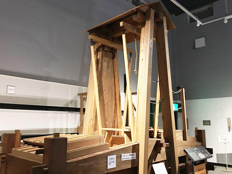 炉に空気を送り込む「天秤天秤吹子 (てんびんふいご) 」の模型。模型には自由に登ることができ、板を踏みこむ吹子体験ができる