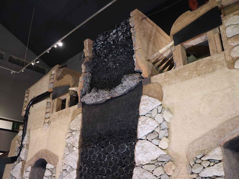 実物大の炉と地下構造の断面模型。炉は高さ1.14メートル、地下構造は、深さ5メートルほどもある。巨大な設備の様子、考え抜かれた仕組みに圧倒される